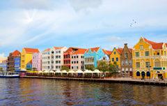 Huwelijksreis Curacao - Honeymoon in Willemstad met gekleurde gebouwen in de haven