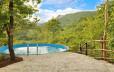 Een zwembad midden in de natuur