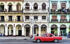 De oude stad van Cuba met een oude rode auto