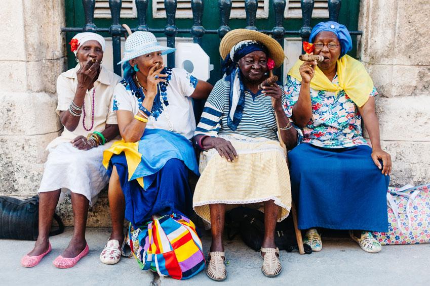Vrouwen naast elkaar met een sigaar in Cuba