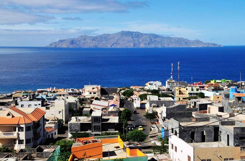 Het uitzicht over de zee vanuit de stad Brava in Kaapverdie