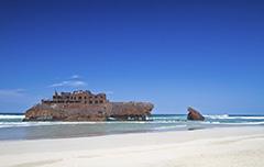 Een wrak van een schip aan de kust van Kaapverdie
