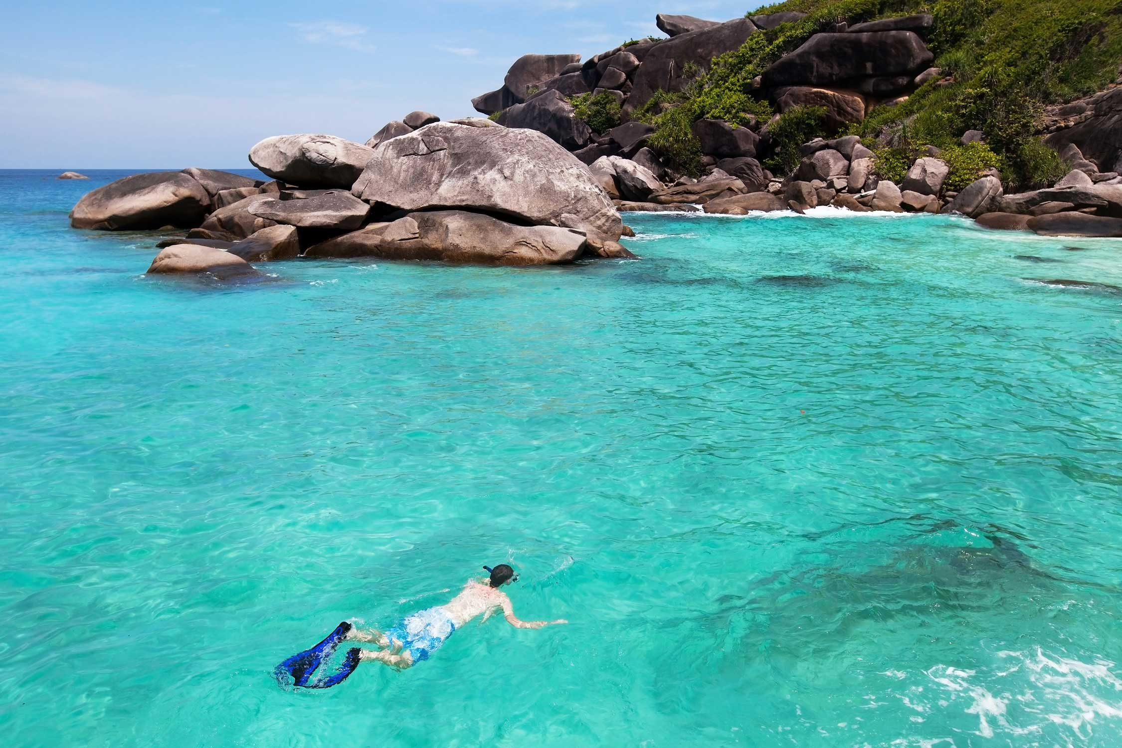 Snorkelen in de blauwe zee van de Seychellen