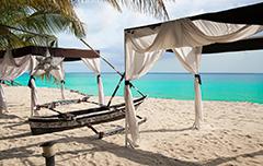 Hutjes op het strand van Zanzibar