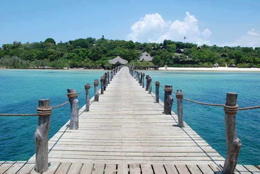 Steiger naar de kust van Zanzibar vanuit de blauwe oceaan