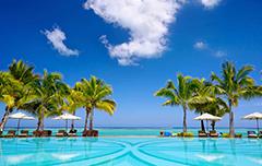 Paradijselijk zwembad en strand